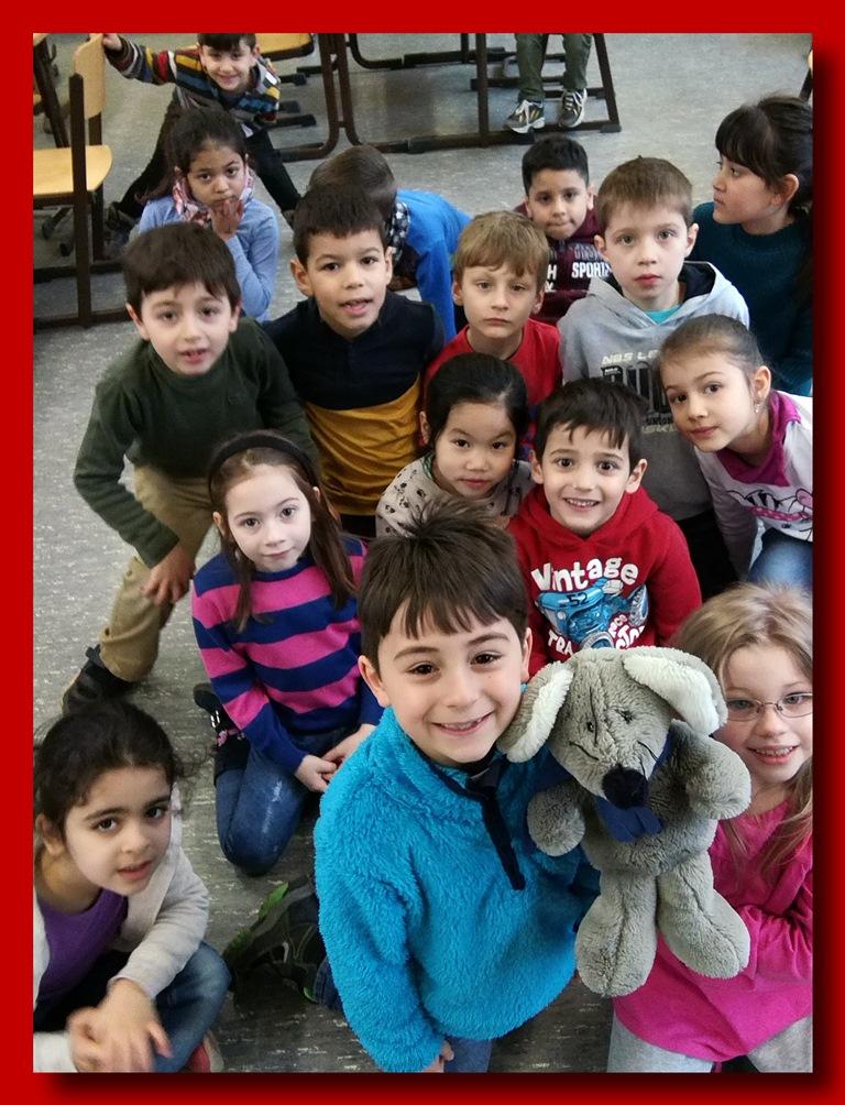 Die Kinder der Klasse 1a lernen Englisch mit Lissy.