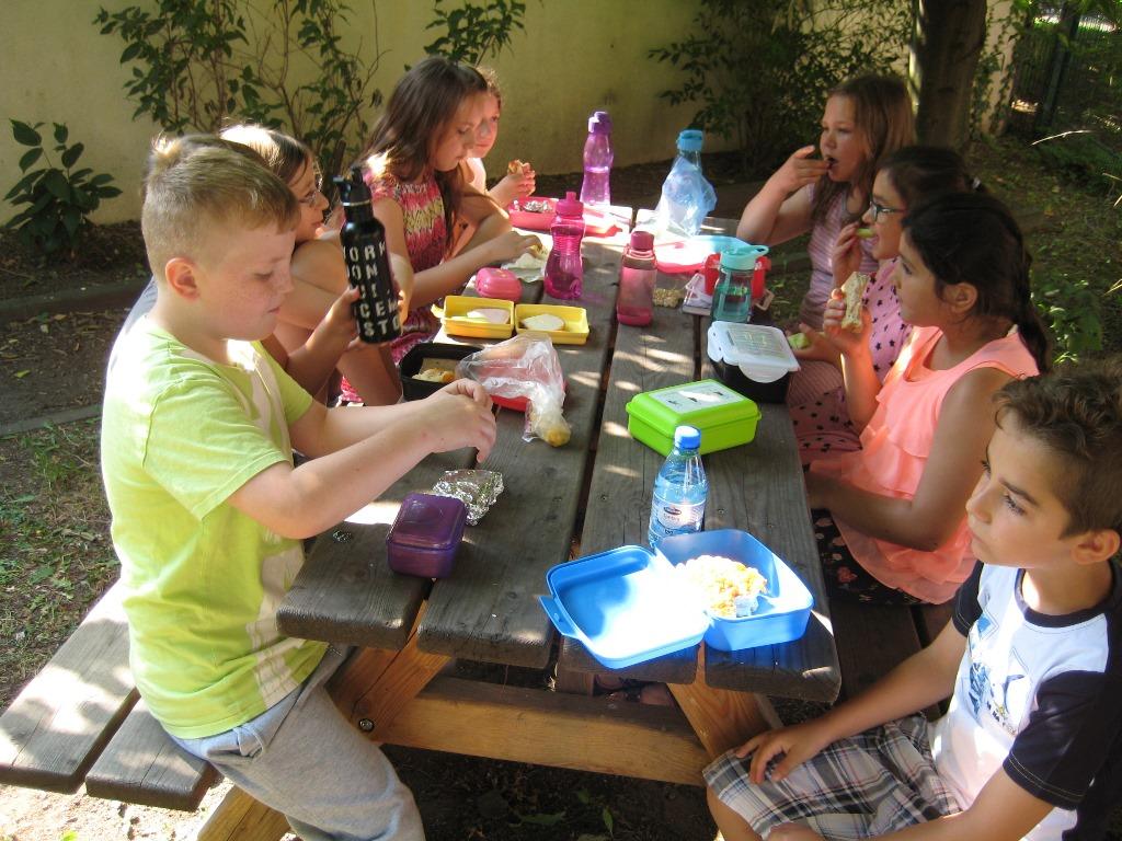 Frühstück im Schulgarten mit leckeren Johannisbeeren